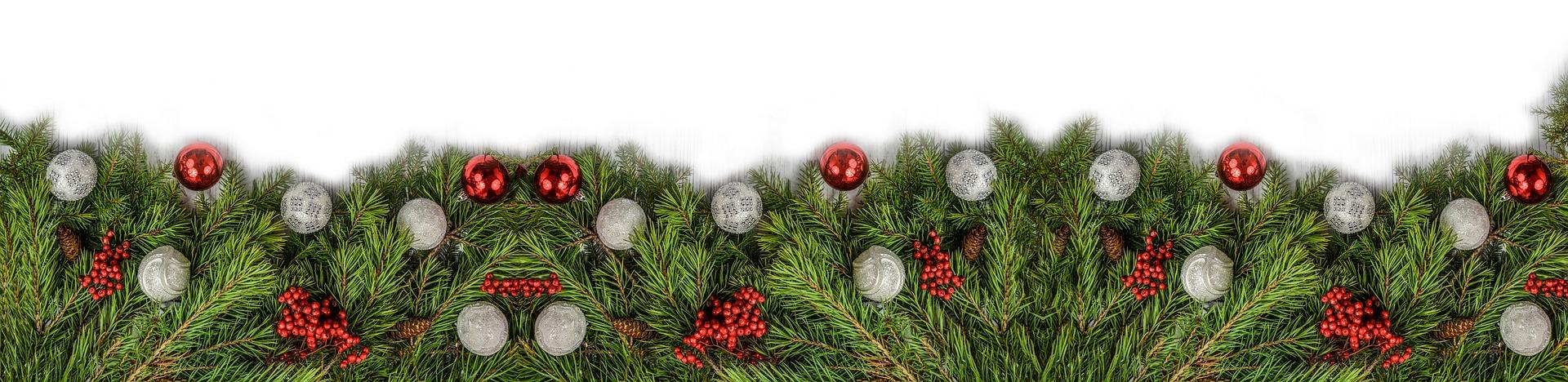 Das Bild zeigt als unteren Abschluss des Beitrags dekorative Tannenzweige und rote Weihnachtskugeln, von links nach rechts