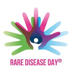 Logo des Tag der seltenen Erkrankungen. Das Logo sind stilisierte Hände in verschiedenen Farben mit gespreizten Fingern und in der Mitte eine Stilisierte Person in weiß. Darunter steht auf Englisch: Rare Disease Day.