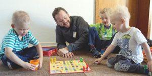 Zu sehen ist ein Vater mit drei ed-Kindern